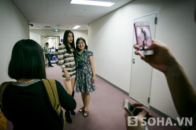 Trên đường từ sảnh vào với trường quay, Trương Ngọc Ánh cũng chạm trán với người hâm mộ. Một nhân viên nhà Đài cho biết đã yêu mến cô từ lâu, bây giờ mới có dịp gặp mặt.