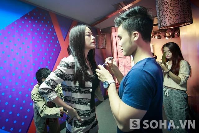 Trước khi lên sóng, nữ diễn viên Áo lụa Hà Đông được tút tát lại nhan sắc trong khi nhân viên kỹ thuật đang cài mic cho cô ở phía sau.