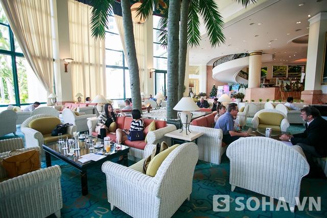 Sau bữa trưa, người đẹp Hương Ga có lịch phỏng vấn. Trong một không gian nhỏ của khách sạn, cô đã chia sẻ với phóng viên rất nhiều về chuyện nghề và cả chuyện riêng tư.