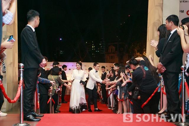 Tối hôm đó, cô đồng hành cùng nam diễn viên Kim Lý để buổi bế mạc Liên hoan phim Quốc tế Hà Nội. Vừa bước vào thảm đỏ, cả hai đã nhận được những tình cảm rất nồng nhiệt của người hâm mộ.