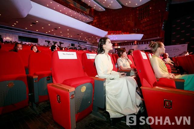 Khi vào bên trong hội trường, Kim Lý và Trương Ngọc Ánh được phân chia hai chỗ ngồi khác nhau. Vì có tham gia trao giải của Liên hoan phim nên Trương Ngọc Ánh được dành cho một chỗ dễ di chuyển.