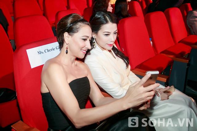 Cô và người bạn diễn bên cạnh nhanh chóng bắt chuyện và lưu lại những khoảnh khắc ở Liên hoan phim.