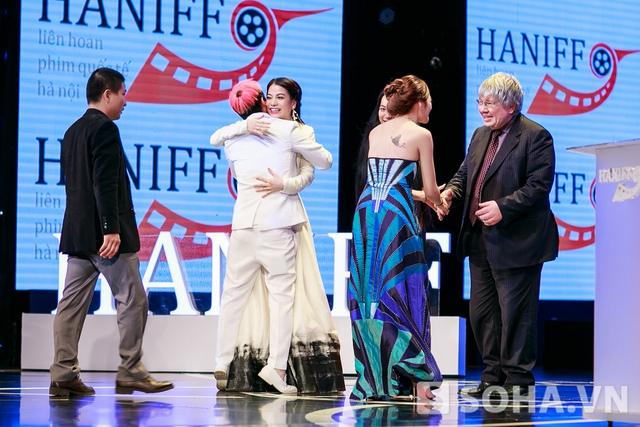 Trương Ngọc Ánh bước lên sân khấu trao giải và chúc mừng người chiến thắng trong đêm.