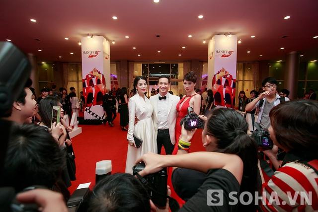 Sau đêm trao giải, bộ ba Hương Ga: Trương Ngọc Ánh - Kim Lý - Trang Trần bị những người hâm mộ giữ lại và chụp ảnh cho tới đêm muộn. Những tình cảm của họ khiến các thành viên trong đoàn cảm thấy rất hạnh phúc.