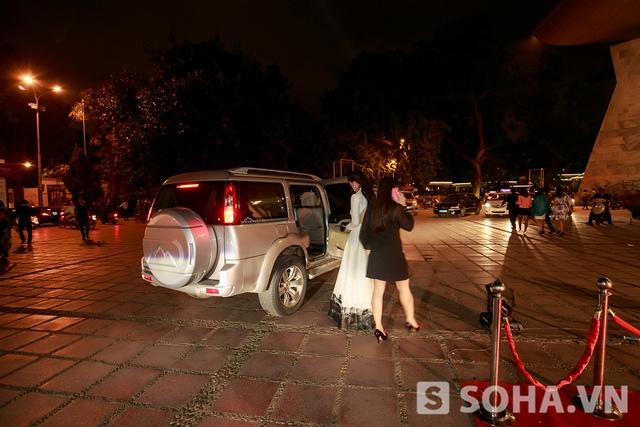 Sau bữa tiệc, nữ diễn viên sẽ được nghỉ ngơi vài tiếng đồng hồ trước khi bay chuyến sớm vào Đà Nẵng ngày mai. Ở đó, cô và đoàn làm phim sẽ tham gia Hương Ga DJ Party, một trong những hoạt động quảng bá rất hiệu quả của bộ phim cùng tên.