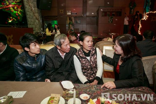 Mẹ bảo Trâm rất vui khi trong liveshow của con gái mình có những khách mời đặc biệt như gia đình chú Định,cô hỏi thăm cũng như động viên cho gia đình chú.