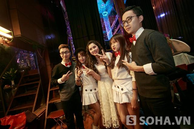 Tranh thủ chụp hình cùng nhóm nhảy phụ họa cho buổi diễn của mình.
