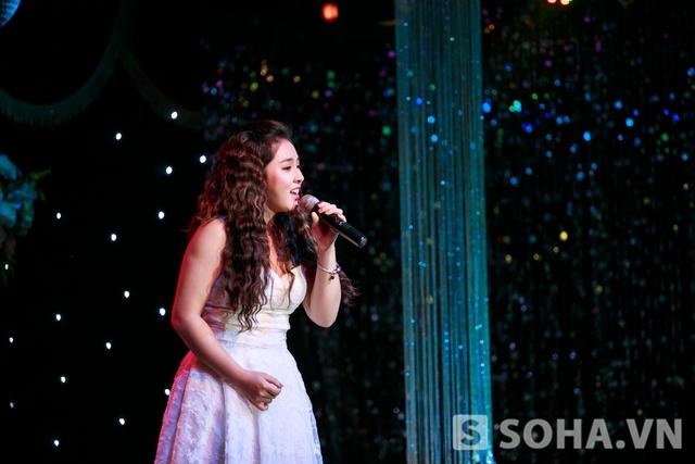 Ca khúc đầu tiên cô thể hiện là bản hit của mình : Chỉ còn những mùa nhớ.