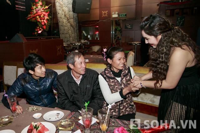 Cô ra tận nơi gia đình chú Định ngồi để cảm ơn gia đình đã ở đến cuối biểu diễn.