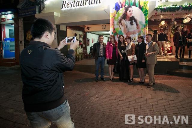Rất nhiều khán giả cũng như bạn bè ở lại chờ sau buổi biểu diễn để chụp ảnh lưu niệm cùng Bảo Trâm sau khi kết thúc buổi diễn.