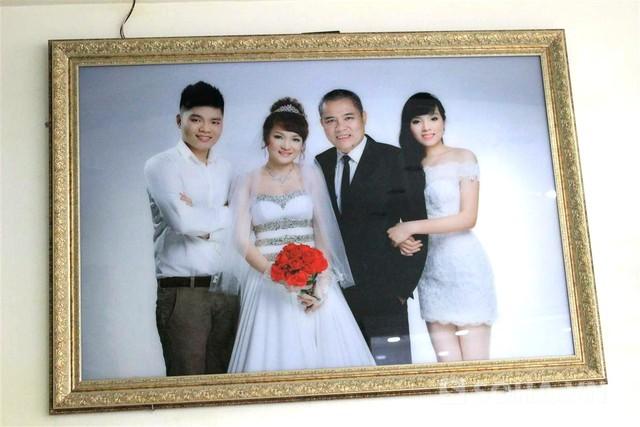 Một trong số những bức ảnh gia đình Kỳ Duyên được treo trang trọng trong studio.
