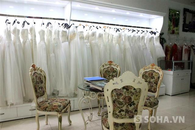 Studio của gia đình Hoa hậu Kỳ Duyên là 1 trong những ảnh viện có tiếng của đất Thành Nam. Chỉ cần đọc địa chỉ, những người lái taxi đã biết đó là 1 studio ảnh cưới.