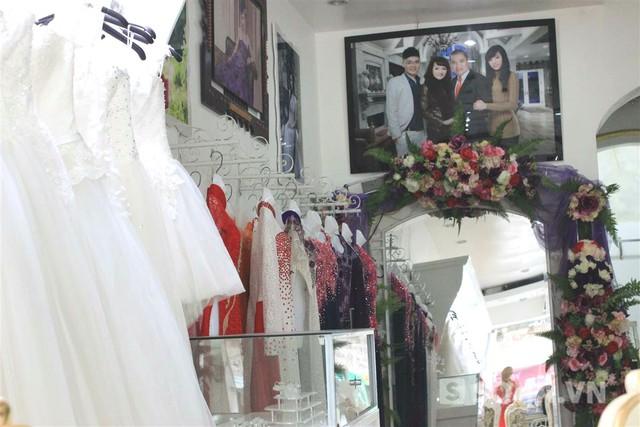 Trong studio trưng bày khá nhiều ảnh của gia đình Kỳ Duyên, đặc biệt là rất nhiều ảnh của bà Thêm - mẹ Hoa hậu.
