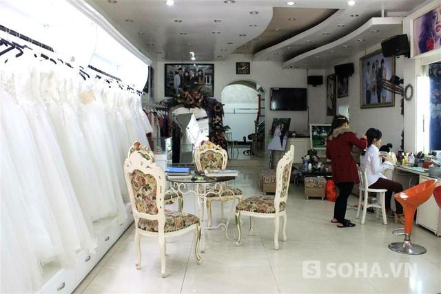 Mặc dù bố mẹ Kỳ Duyên không có nhà, song tiệm ảnh cưới vẫn hoạt động bình thường. Hiện tại, tiệm ảnh cưới có 3 thợ phụ, cha mẹ Kỳ Duyên làm thợ ảnh và thợ make up chính của tiệm.