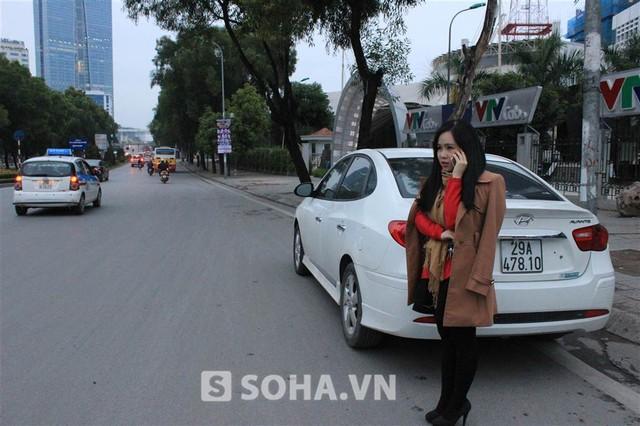 5 giờ sáng, Trương Phương có mặt tại điểm hẹn để cùng đoàn làm phim di chuyển tới điểm quay. Hôm nay, cô sẽ theo đoàn về chùa Thầy để quay 1 số cảnh trong phim Bến tình.