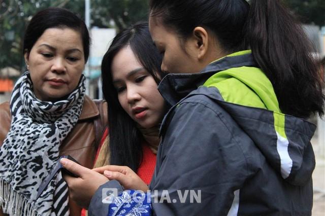 Mặc dù liên tục kêu thiếu ngủ, song khi vừa gặp các diễn viên trong đoàn, Trương Phương đã tíu tít chào hỏi, trò chuyện.