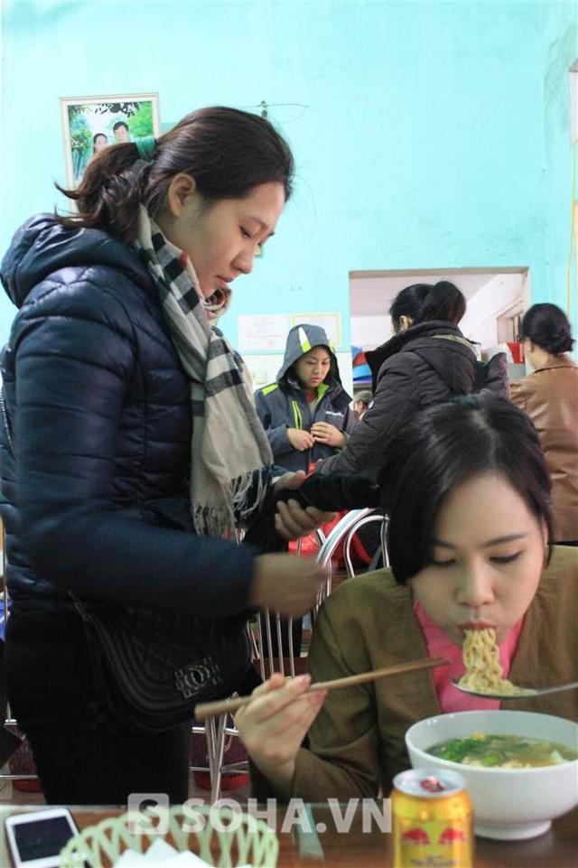 Sau khi thay trang phục, Trương Phương tranh thủ ăn sáng. Cùng lúc đó, nhân viên phục trang cũng tiến hành làm tóc và hóa trang cho cô.