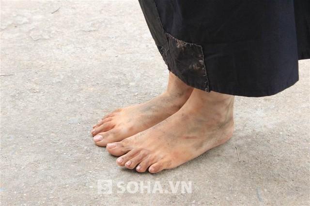 Không chỉ phải mặc đồ mỏng, Trương Phương còn bắt buộc phải đi chân đất. Cô chia sẻ: Nền đất lạnh cóng, vừa mặc ít áo, vừa đi chân đất, cả người tôi lạnh run nhưng vẫn phải tập chung diễn xuất.