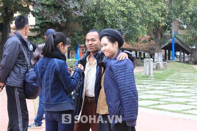 Sau mỗi cảnh quay, Trương Phương mới được khoác áo ấm. Cô vui vẻ nói: Làm diễn viên, nhiều lúc cũng khổ lắm! Lạnh thế này mà cứ phải diễn cảnh trời nóng!