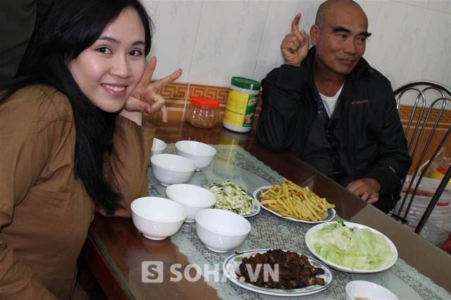Gần 1 giờ trưa, đoàn mới được nghỉ để ăn cơm trưa. Thấy phóng viên nhìn mâm cơm đạm bạc, Trương Phương phân trần: Cơm đoàn phim mà, có thế nào ăn thế ấy! Tranh thủ để còn quay tiếp nữa!