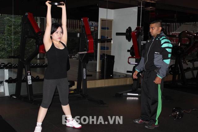 Cô tập trung cao độ trong mỗi bài tập với hi vọng sớm có được vóc dáng thon gọn hơn. Đang trong giai đoạn giảm cân, xây dựng vóc dáng nên Trương Phương phải tập luyện rất chăm chỉ, đúng giờ.