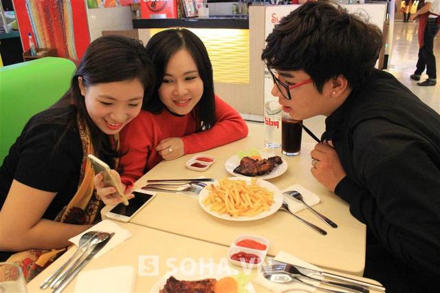 Sau đó, nữ diễn viên cùng 2 người bạn đi ăn tối. Cô tâm sự: Sau 1 ngày dài như thế, được gặp và trò chuyện cùng mấy nhóc bạn thân tôi sẽ cảm thấy vui vẻ, đỡ mệt mỏi hơn rất nhiều!