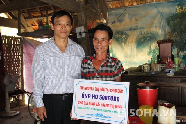 Đại diện Hội đồng hương Thanh Chương tại CHLB Đức trao món quà 500EURO do 1 nhà hảo tâm gửi tặng đến với ông Nguyễn Đình Ký, bố bé Hiền.