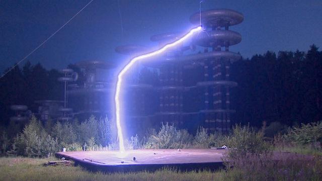 """Tia sét nhân tạo lớn nhất thế giới được tạo ra từ """"Tháp Tesla và máy phát điện Marx"""""""