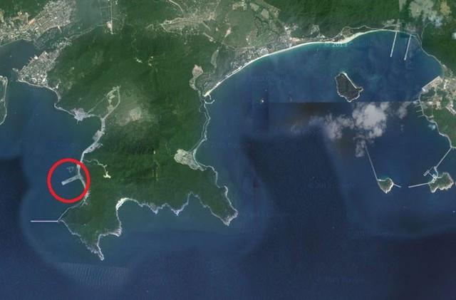 Ảnh vệ tinh do Thời báo Hoàn Cầu đăng tải năm 2013 cho thấy Trung Quốc đang xây căn cứ tàu sân bay ở Tam Á.