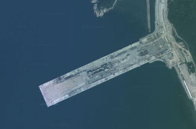 Theo Kanwa, căn cứ này có một cầu tàu dài tới 700m, đủ chỗ để đón 2 tàu sân bay neo đậu.
