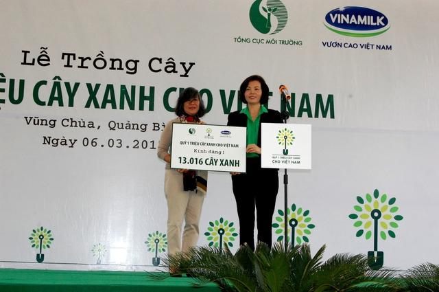 Bà Bùi Thị Hương – Giám Đốc Điều Hành Vinamilk trao tặng Bảng tượng trưng tài trợ cây xanh cho Bà Võ Hạnh Phúc đại diện gia đình Đại tướng Võ Nguyên Giáp