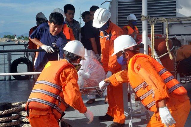 Đưa thi thể thủy thủ tàu Hoàng Phúc 18 vào bờ - Ảnh: M.Hoa