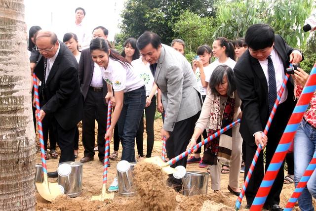 Hoa hậu Ngọc Hân, đại sứ thiện chí của chương trình Quỹ 1 triệu cây xanh cho Việt Nam tham gia trồng cây cùng các đại biểu