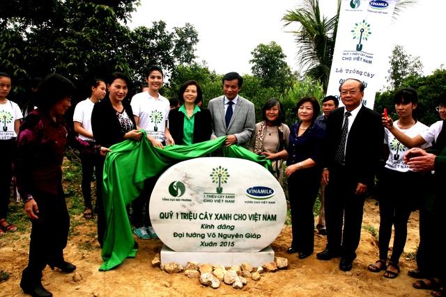 Các đại biểu thực hiện nghi thức đặt phiến đá lưu niệm của chương trình Quỹ 1 triệu cây xanh cho Việt Nam kính dâng lên Cố Đại tướng.