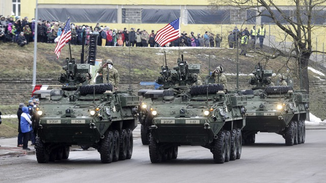 U.S. soldiers attend military parade celebrating Estonias Independence Day near border crossing with Russia in Narva February 24, 2015. (Reuters/Ints Kalnins)