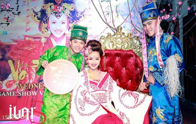 DJ Tommy hóa trang thành Công công hỗ trợ màn cosplay Võ Tắc Thiên cho DJ Tít.