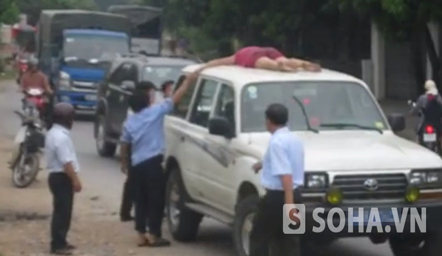 Không chỉ đứng, nhảy múa người phụ nữ này còn nằm luôn trên nóc xe