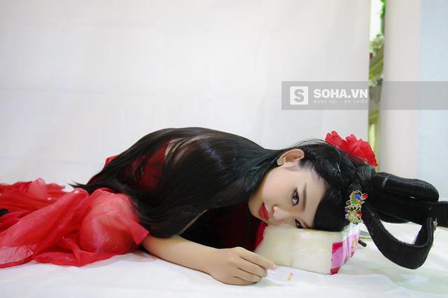 Sau đó, cô nàng tranh thủ gối đầu lên một bịch giấy để nghỉ ngơi 1 chút.