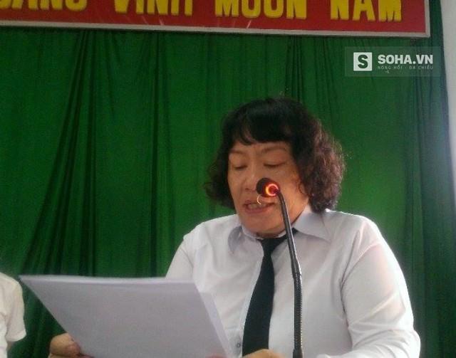 Bà Trần Thị Thiên Hương phó chánh tòa án nhân dân tỉnh Bình Thuận công bố quyết định