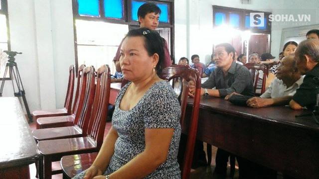 Bà Cẩm, vợ ông Nén đã có mặt tại hội trường