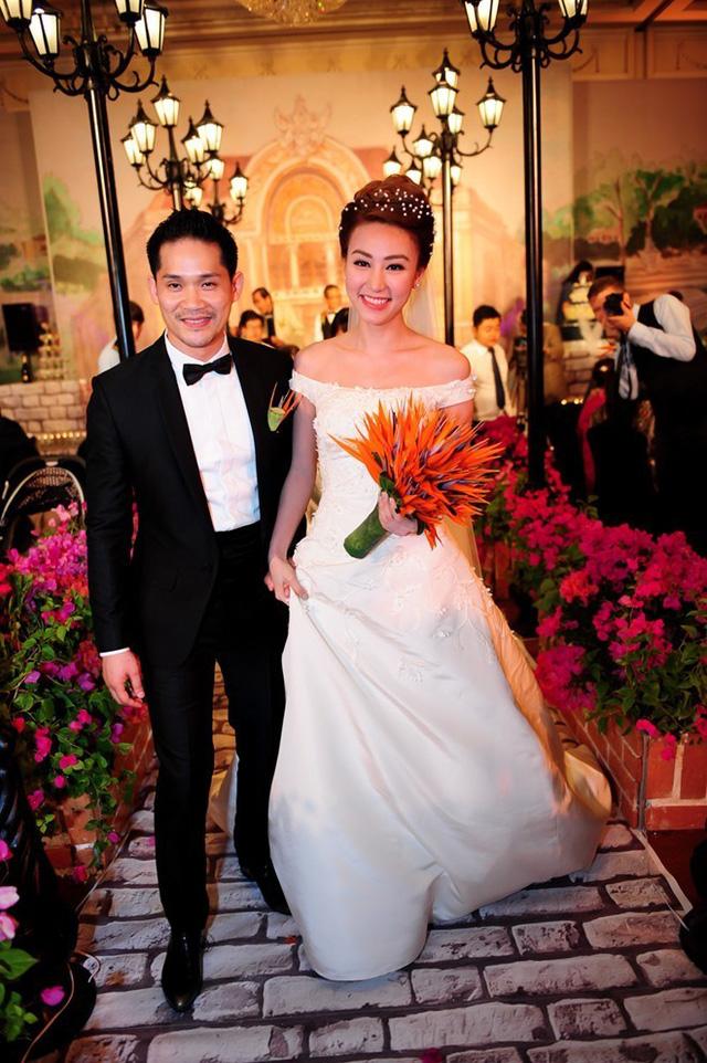 Lễ cưới của diễn viên Ngân Khánh và chú rể Việt kiều Hà Lan - Thiếu Quân - được tổ chức tại khách sạn sang trọng ở TP HCM vào ngày 9/2. Không gian tiệc cưới được trang hoàng theo phong cách Sài Gòn những năm 1950. Ảnh: Thành Luân