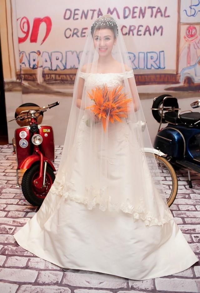 Nữ diễn viên Bước khẽ tới hạnh phúc mặc chiếc váy cưới của thương hiệu thời trang nổi tiếng Oscar de la Renta có giá 200 triệu đồng và phải đặt mua ở Mỹ trước đó 6 tháng. Sau khi kết hôn, Ngân Khánh tạm ngừng nghiệp diễn và sang Singapore học về sản xuất phim. Ảnh: Thành Luân