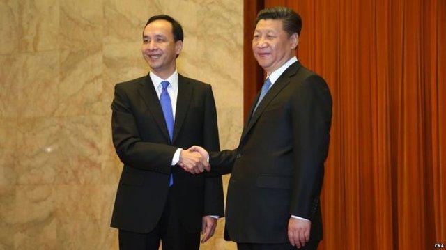 Ông Tập Cận Bình tiếp Chủ tịch Quốc dân đảng Đài Loan Chu Lập Luân (trái) tại Đại lễ đường nhân dân Bắc Kinh hôm 4/5/2015. Ảnh: CNA