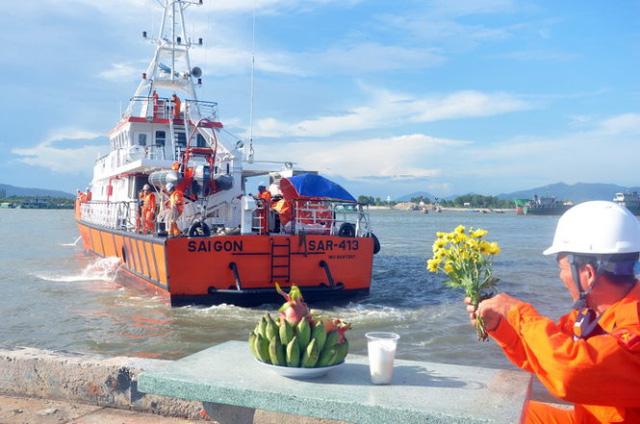 Cán bộ Trung tâm phối hợp tìm kiếm cứu nạn hàng hải khu vực 3 chuẩn bị hương, hoa, quả để mọi người viếng hai nạn nhân - Ảnh: Đ.Hà