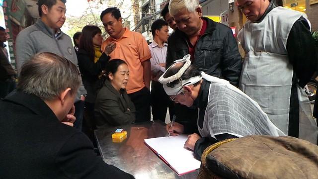 Ông Hoàng Văn Hoan, con trai cụ Cúc viết cam kết trước sự chứng kiến của chính quyền và bà Oanh