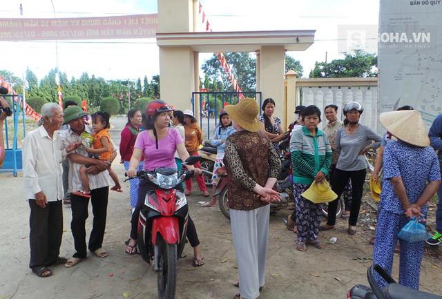 Nhiều người dân địa phương đã đến UBND để chứng kiến ngày ông Nén chính thức được xin lỗi (Ảnh: Hứa Phương)