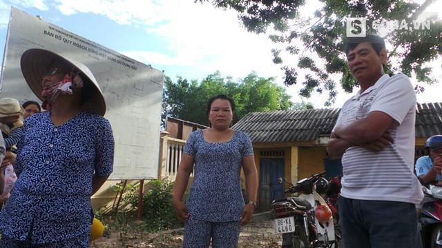 Bà Cẩm (ở giữa) - vợ ông Nén cũng đến UBND từ sáng sớm