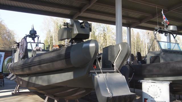 Hãng Kalashnikov giới thiệu mẫu xuồng máy đổ bộ BK-10 trang bị cùng module súng phóng lựu tự động.