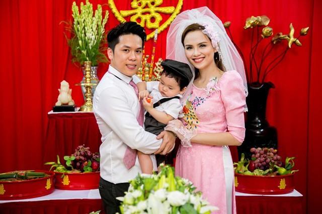 Quang Huy - Diễm Hương tổ chức lễ rước dâu vào sáng 29/11. Cặp đôi gắn bó với nhau được hơn 2 năm và có chung bé trai 10 tháng tuổi. Đây là lần đầu tiên Hoa hậu thế giới người Việt 2010 công khai hình ảnh con trai với công chúng. Ảnh: Hanu