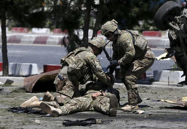 Binh sĩ Mỹ chăm sóc đồng đội bị thương tại hiện trường một vụ đánh bom tự sát ở Kabul, Afghanistan.